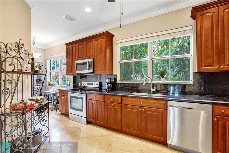 A supersize kitchen with great view of tropical gardens. This kitchen is very well appointed and allows for breakfast or lunch eat in. Just off the garage so carrying groceries is not a problem. Has a WONDERFUL large pantry.