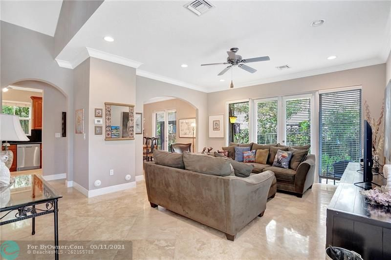Spacious and bright living area open to the kitchen, dining and garden. 24\