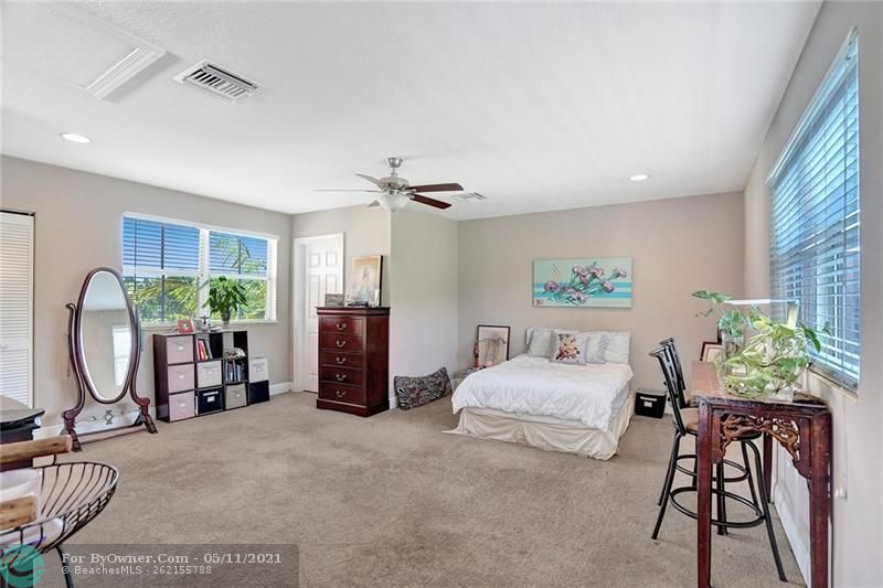 Bright and airy 3rd floor bedroom/media room with walk in closet, full bath and flooded with light with great views of Fort Lauderdale. Very private