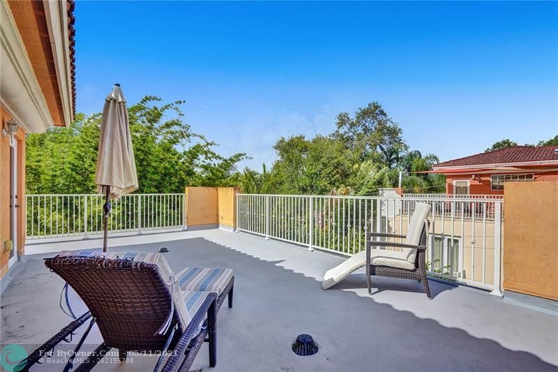 Bright and sunny, huge rooftop deck with great downtown views and quiet nestled in the canopy of Tarpon River